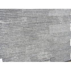 Płytka kamienna granitowa ciemno-szara , nacinana z  połyskiem 10x30 cm